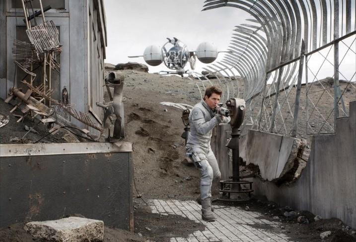 영화 오블리비언에서 화면 - 왼쪽의 건물에서 비컨을 작동시킨다